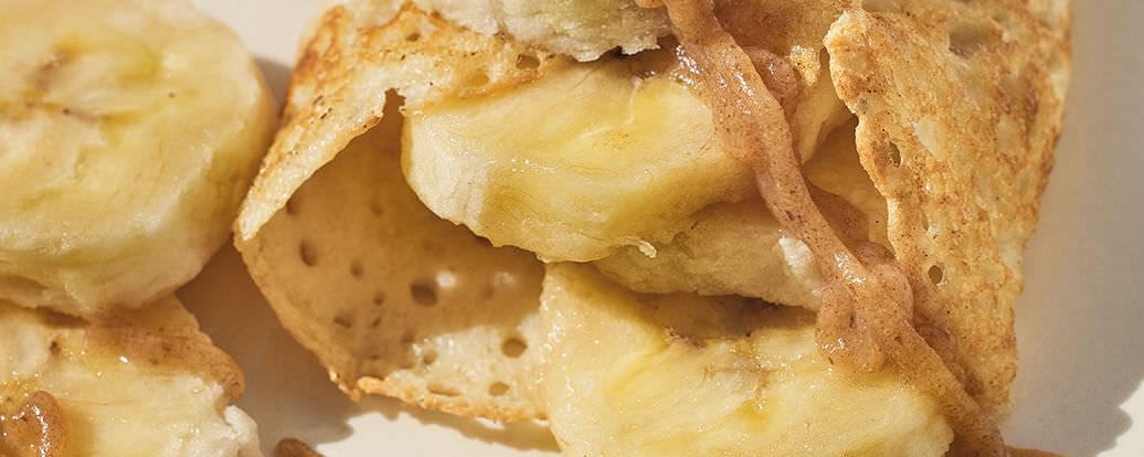 Gryczane naleśniki z bananem i karmelem daktylowym