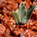 """Korzenne wegańskie """"śledzie"""" z rodzynkami w pomidorach"""