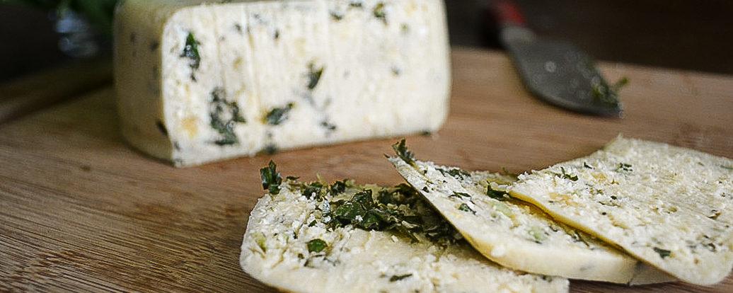 Wędzony ser z orzechów nerkowca z pesto