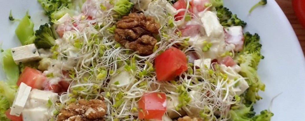 Sałatka z brokułem i sosem czosnkowym tahini