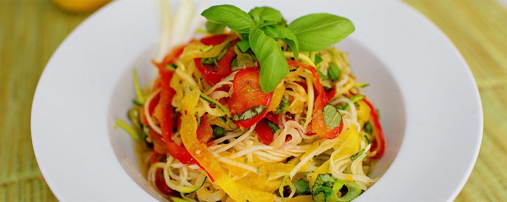 Kolorowa sałatka z makaronem warzywnym