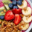 Smoothie bowl z jagodami acai i owocami